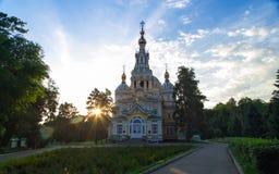 Salida del sol sobre una iglesia Foto de archivo libre de regalías