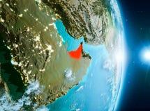 Salida del sol sobre United Arab Emirates en la tierra del planeta fotos de archivo