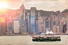 Salida del sol sobre Victoria Harbour en Hong Kong Foto de archivo