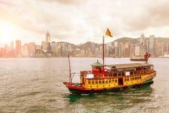 Salida del sol sobre Victoria Harbour en Hong Kong Imágenes de archivo libres de regalías
