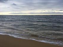 Salida del sol sobre vista al mar pacífica de la playa en Kapaa en la isla de Kauai, Hawaii Foto de archivo libre de regalías