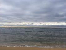 Salida del sol sobre vista al mar pacífica de la playa en Kapaa en la isla de Kauai, Hawaii Fotos de archivo libres de regalías