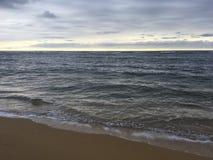 Salida del sol sobre vista al mar pacífica de la playa en Kapaa en la isla de Kauai, Hawaii Imagen de archivo