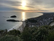 Salida del sol del soporte Maunganui, Tauranga, Nueva Zelanda imagen de archivo