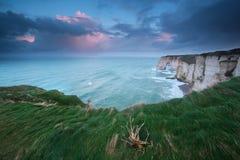 Salida del sol tempestuosa sobre los acantilados en Océano Atlántico Imágenes de archivo libres de regalías