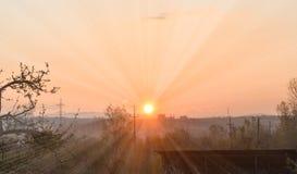 Salida del sol temprana que sorprende en un día de primavera hermoso con un cielo claro brillante imagen de archivo