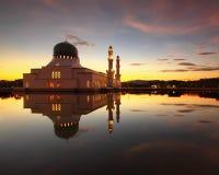 Salida del sol en Masjid Bandaraya Likas, Borneo, Sabah Foto de archivo libre de regalías