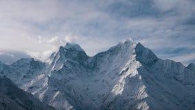 Salida del sol tranquila y suave sobre las montañas Himalayan metrajes