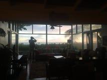 Salida del sol a través de la ventana Fotografía de archivo