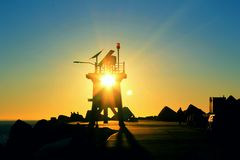 Salida del sol a través de un faro Fotografía de archivo libre de regalías