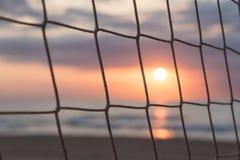 Salida del sol a través de una red Imagen de archivo