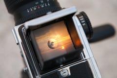 Salida del sol a través del visor Fotos de archivo