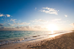Salida del sol tropical de la playa Imagen de archivo libre de regalías