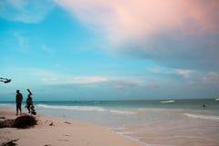 Salida del sol tropical de la playa de Zanzíbar en las ondas foto de archivo libre de regalías