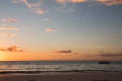 Salida del sol tropical de la playa de Zanzíbar fotografía de archivo
