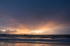 Salida del sol tropical de la playa de Zanz?bar en las ondas foto de archivo libre de regalías