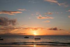 Salida del sol tropical de la playa de Zanz?bar imagen de archivo