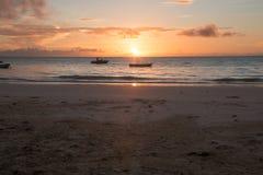 Salida del sol tropical de la playa de Zanz?bar imágenes de archivo libres de regalías