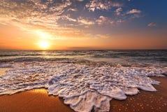 Salida del sol tropical hermosa en la playa Fotos de archivo libres de regalías