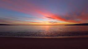 Salida del sol tropical hermosa en la playa Ondas que lavan la arena en la bahía almacen de metraje de vídeo