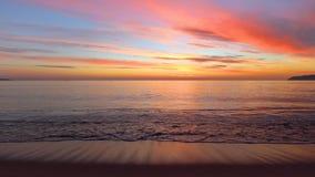 Salida del sol tropical hermosa en la playa Ondas que lavan la arena en la bahía almacen de video