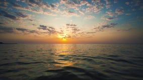 Salida del sol tropical sobre el mar metrajes