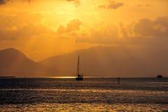 Salida del sol tropical sobre el mar, Croacia fotografía de archivo