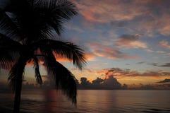 Salida del sol tropical sobre el océano Fotos de archivo