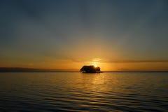 Salida del sol tropical sobre la isla Fotos de archivo