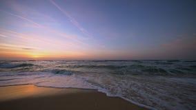 Salida del sol tropical sobre la playa Ondas del mar que lavan la arena metrajes