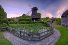 Salida del sol del verano sobre el molino de viento de Bursledon, Hampshire, Reino Unido imágenes de archivo libres de regalías