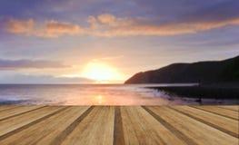 Salida del sol vibrante caliente hermosa sobre el océano con los acantilados y las rocas Fotografía de archivo libre de regalías