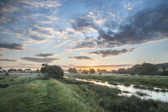Salida del sol vibrante hermosa del verano sobre landsc inglés del campo Imágenes de archivo libres de regalías