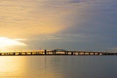 Salida del sol violeta de oro hermosa sobre el lago tranquilo tranquilo, Br largo Foto de archivo libre de regalías
