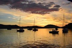 Salida del sol y barcos en el mar Foto de archivo