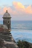 Salida del sol y centinela sobre el océano Foto de archivo libre de regalías