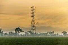 Salida del sol y cielo amarillo de la torre foto de archivo