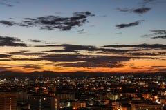 Salida del sol y ciudad con el cielo hermoso foto de archivo libre de regalías