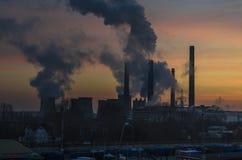 Salida del sol y ciudad contaminada Fotos de archivo