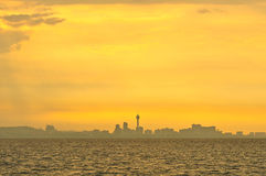 Salida del sol y ciudad por la mañana Foto de archivo libre de regalías