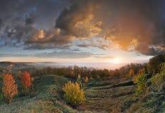 Salida del sol y colinas Foto de archivo libre de regalías