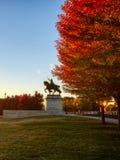 Salida del sol y follaje de otoño en Art Hill, St. Louis, Missouri fotografía de archivo