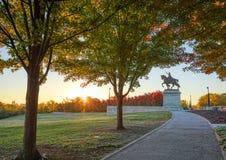 Salida del sol y follaje de otoño en Art Hill, St. Louis, Missouri foto de archivo libre de regalías