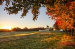 Salida del sol y follaje de otoño en Art Hill, St. Louis, Missouri imagen de archivo libre de regalías