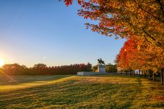 Salida del sol y follaje de otoño en Art Hill, St. Louis, Missouri imagenes de archivo