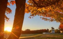 Salida del sol y follaje de otoño en Art Hill, St. Louis, Missouri foto de archivo