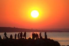 Salida del sol y gente Fotos de archivo