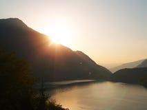 Salida del sol y lago, Lago di Ledro imagenes de archivo