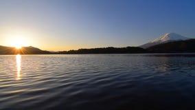 Salida del sol y Mt Fuji del lago Kawaguchi Japón metrajes