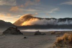 Salida del sol y niebla foto de archivo libre de regalías